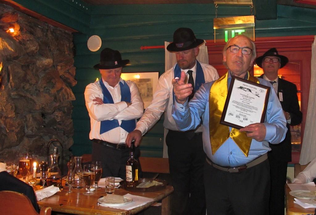 Hans Johann Zinsli holder sin takketale. I bakgrunnen VC Knut Olav Øyo, Consul Petter Braaten og Consul i Spitsbergen lag Lasse Stener Hansen. Foto: Petter Braaten